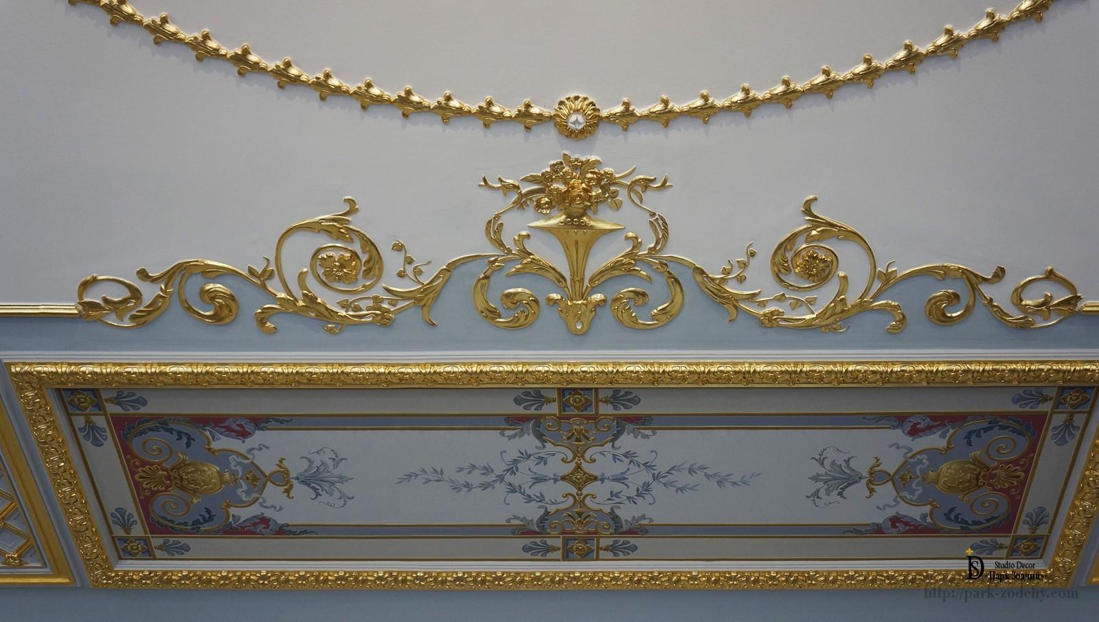 Фрагмент потолка с росписью и позолоченными элементами