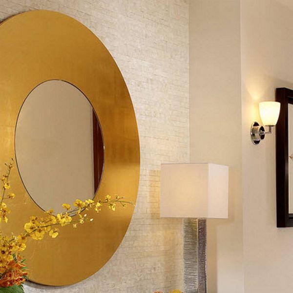Зеркало в круглой золотой раме