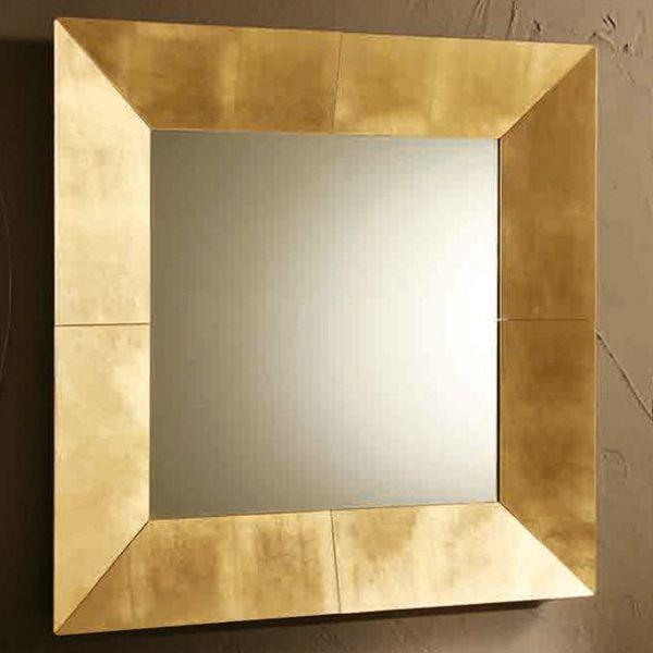 Квадратное зеркало в золотой раме